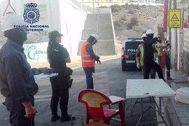 Desmantelados 40 enganches ilegales de luz en el barrio almeriense de Pescadería
