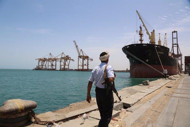 Un soldado en el puerto de Hodeida