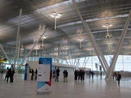 Vigilantes de seguridad de los aeropuertos de A Coruña y Santiago convocan paros parciales