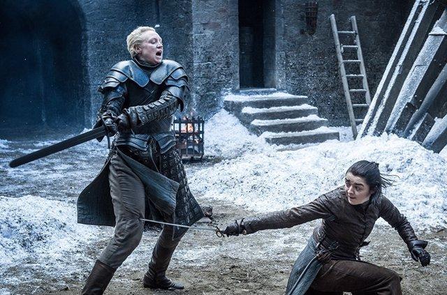 Arya lucha contra Brienne en Juego de tronos