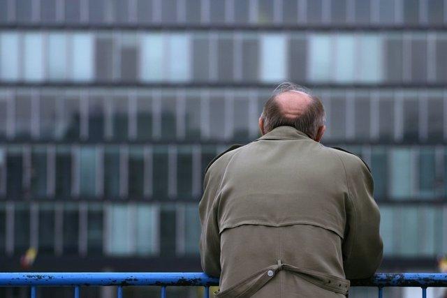 Hombre solo, tristeza, abandono