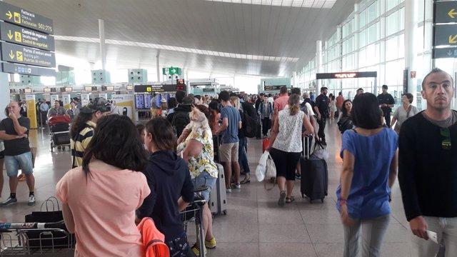 Colas en el aeropuerto de Barcelona-El Prat