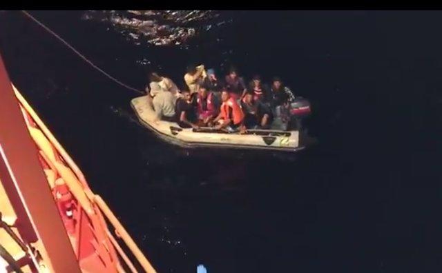 Rescate de una patera con 12 personas en aguas de Cabo de Gata