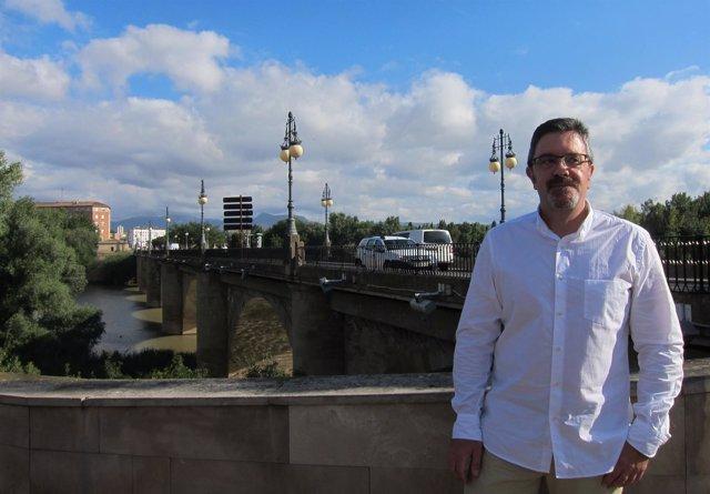 San Martín, con el Puente de Piedra tras él