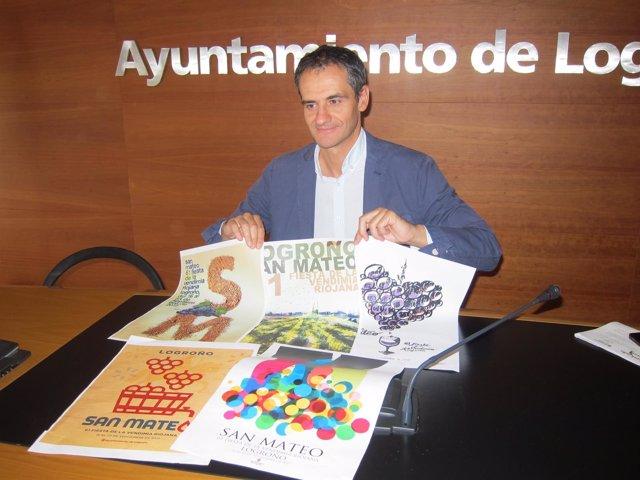 Miguel Sáinz junto con los cinco carteles finalistas