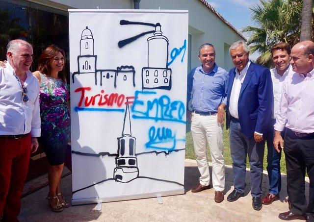 Elías Bendodo junto a Javier Arenas y otros miembros del partido