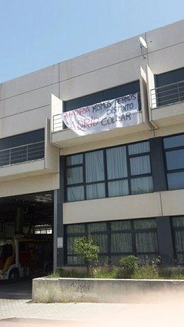 Pancarta en el Parque de Bomberos IV de Tetuán