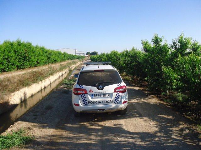 Un vehículo de Policía Local de Fraga patrulla en una zona rural del municipio