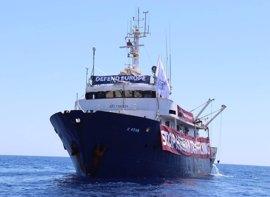 ONG auxilia a un barco del grupo xenófobo Defend Europe averiado en el Mediterráneo