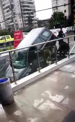 Coche se precipita por la entrada de un edificio