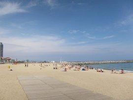 Un pescador muere ahogado al caer de un espigón en la playa de la Barceloneta