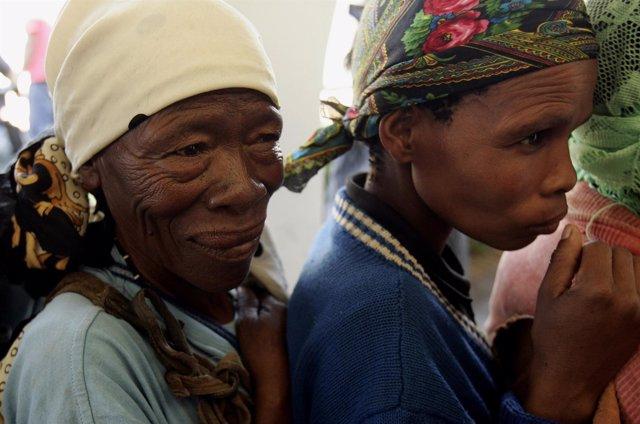 Miembros de la comunidad bosquimana en Botsuana