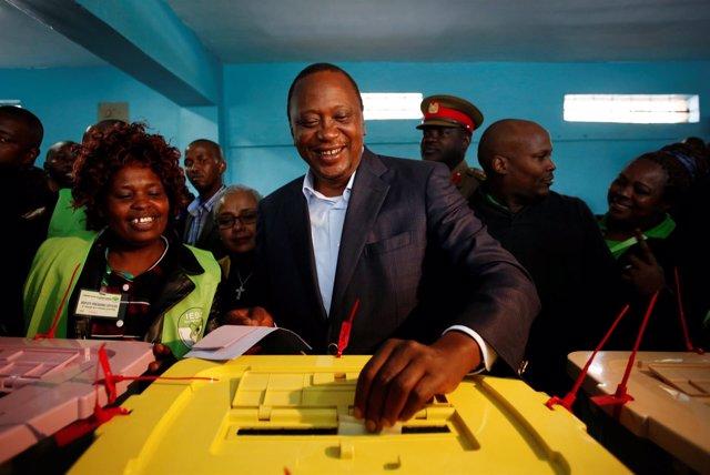 Uhuru Kenyatta deposita su voto