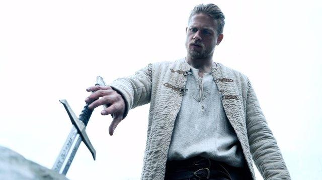 Charlie Hunnam es El Rey Arturo