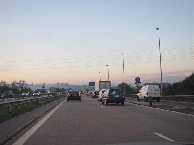 Varios coches por una autovía