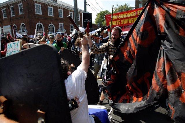 Charlottesville declara el estado de emergencia por los enfrentamientos entre ul