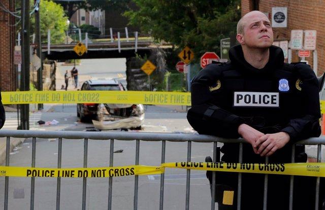 Un agente de Policía vigila la escena del crimen en Charlottesville