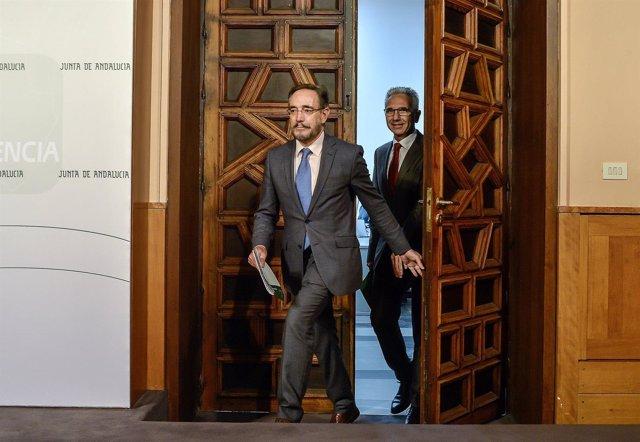 El consejero de Fomento, Felipe López, antes de la rueda de prensa