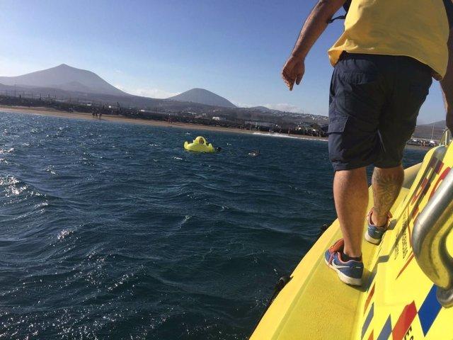 Rescatan a una niña agarrada a un flotador