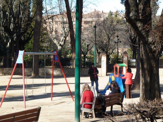 Parque infantil, niños, padres