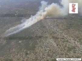 Medios terrestres y aéreos trabajan en la extinción de un incendio en una zona de difícil acceso entre Teulada y Benissa