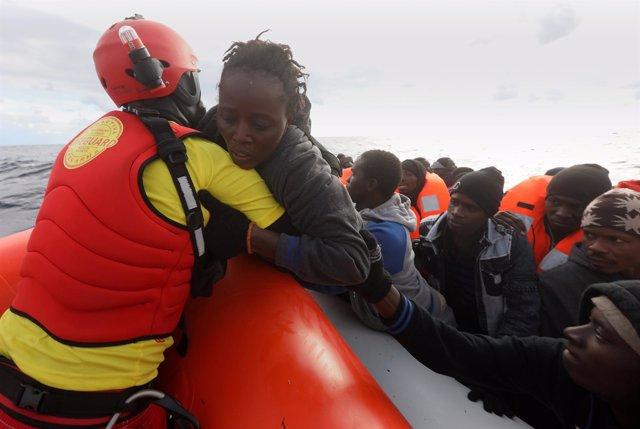 Mujer migrante rescatada en el Mediterráneo