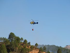 Dos medios continúan trabajando en el fuego forestal de Cañamares