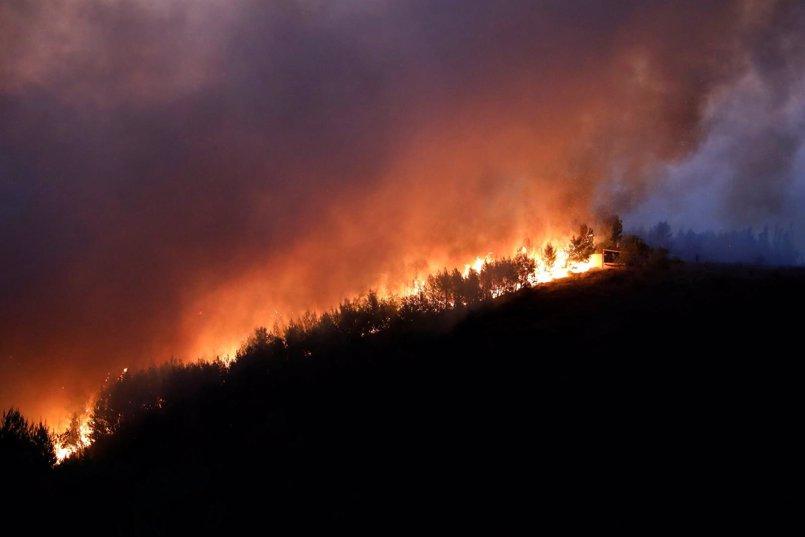 Los Bomberos griegos trabajan para contener el fuego al noreste de Atenas