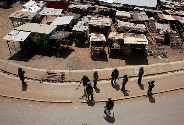 Policías antidisturbios de Kenia