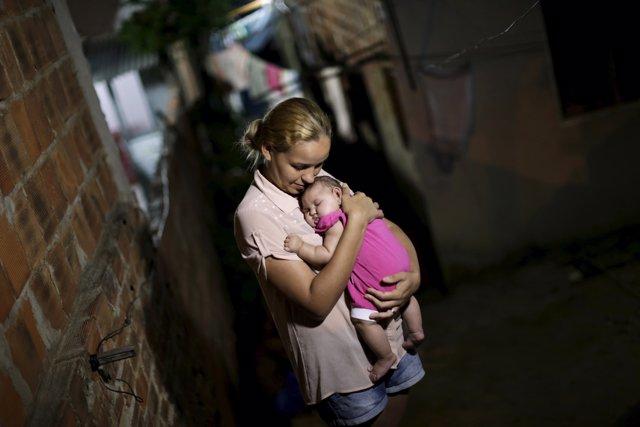Mujer abranzando a su hija