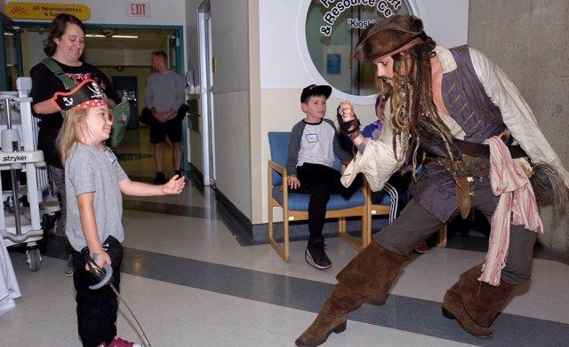 Johnny Depp visita a unos niños disfrazado de Jack Sparrow