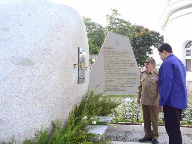 Raúl Castro y Nicolás Maduro en la tumba de Fidel Castro