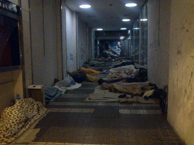 Temporeros durmiendo en la calle