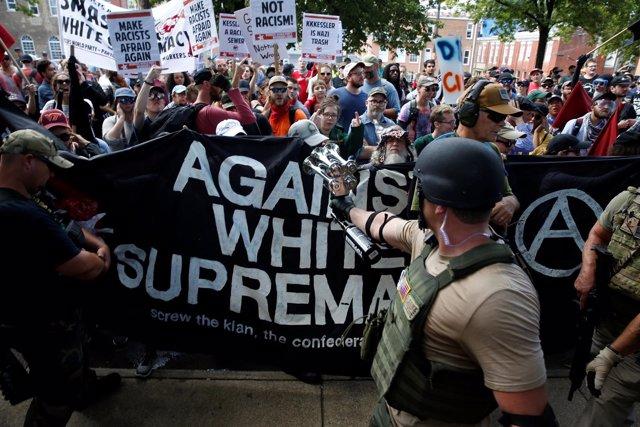Cientos de supremacistas blancos marchan por las calles de Charlottesville