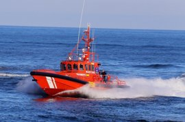 Rescatados seis menores que iban en hidropatín y cinco varones de una patera en aguas del Estrecho