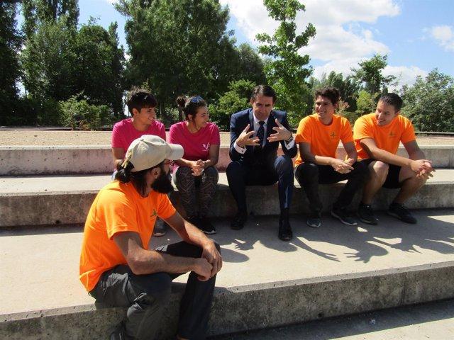 El consejero de Fomento, con voluntarios de los Espacios Naturales