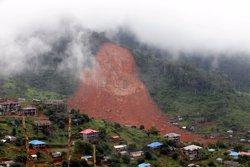 Moren més de cent nens pel devessall de terra en una localitat propera a Freetown (REUTERS / AFOLABI SOTUNDE)