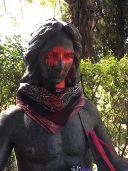 Pintadas en la escultura de la tumba de Lola y Antonio Flores