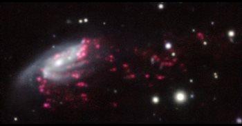 El telescopio VLT de la ESO descubre que los agujeros negros supermasivos se alimentan de 'medusas galácticas'
