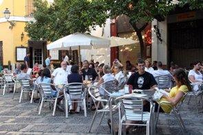 Viajar y el tiempo de ocio provocan que no se mantengan hábitos alimenticios saludables (EUROPA PRESS)
