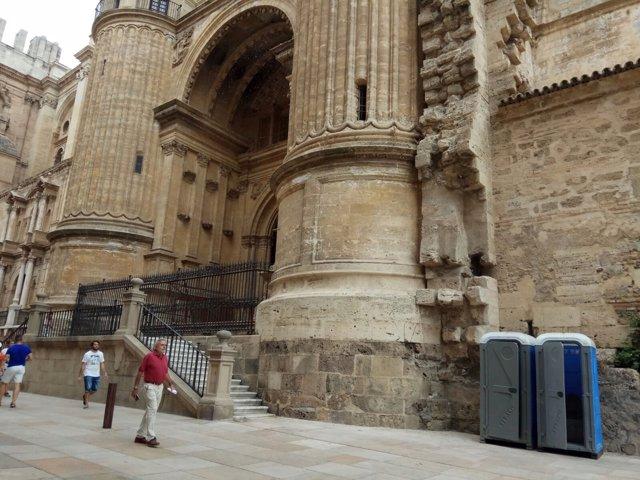 Urinario instalado junto a la catedral de málaga feria polémica retirado 2017