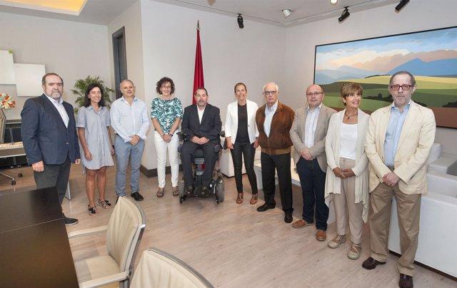 Barkos con el nuevo patronado de la Fundación Caja Navarra.