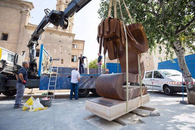 Traslado de la escultura Víctima por las obras del Mercado Central