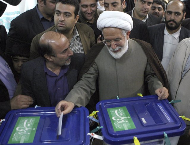 Mehdi Karrubi vota en las elecciones de 2009