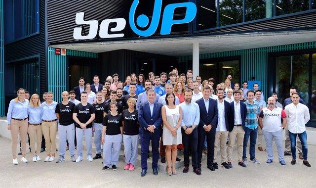 La alcaldesa de Santander con la plantilla del centro deportivo Be Up