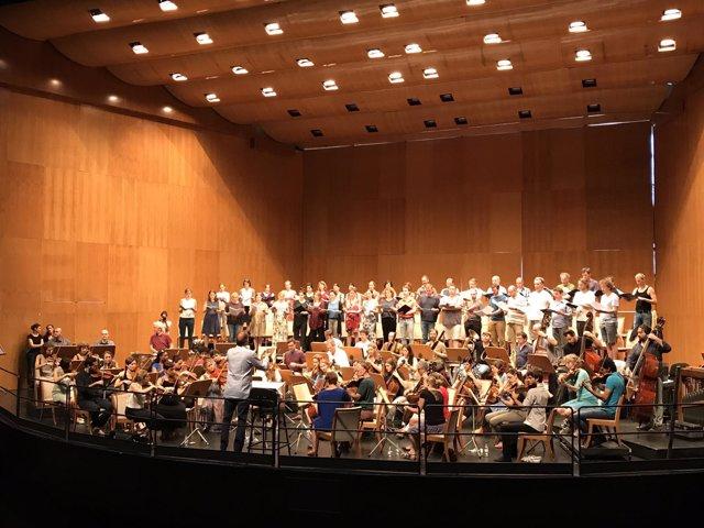 Ensayo de Hengelbrock dirigiendo el Balthasar Neumann- Ensemble, Coro y Solistas