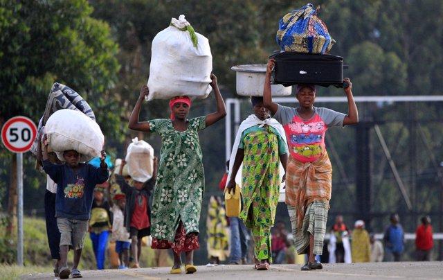Refugiados congoleños se desplazan por la carretera.