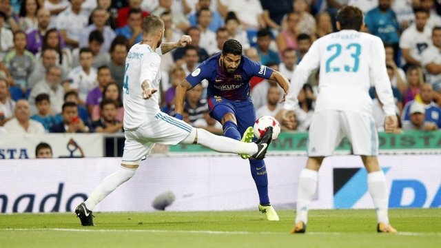 Luis Suárez i Sergio Ramos al Clàssic entre el Reial Madrid i el Barça