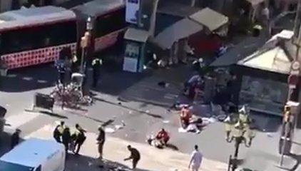 Furgoneta arrolla a decenas de personas en el centro de Barcelona, deja varios heridos