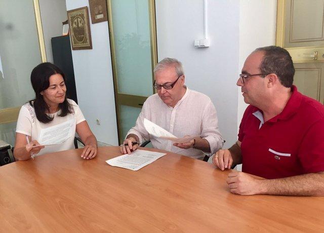 Firma del contrato del espectáculo nocturno del Alcázar